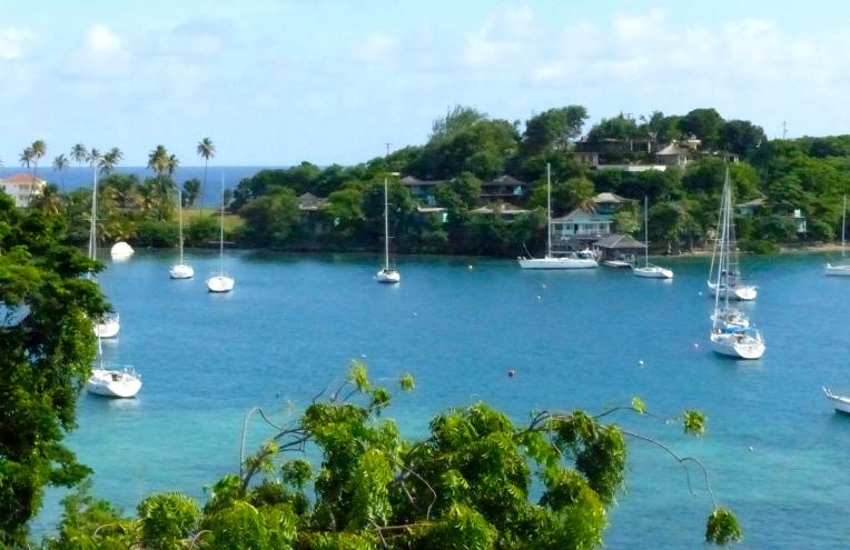 Karibialla on tapana jättää veneet poijuun tai ankkuriin, eikä täällä juurikaan ole satamia. Rantaan tullaan kumiveneillä tai paikalliset venepojat toimivat takseina.