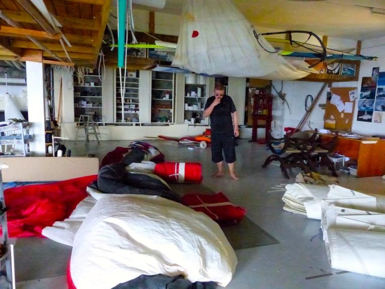 Kätevää vanhan purjeen kierrätystä. Kiinnitä purje kattoon ja lastaa kamaa sen päälle.