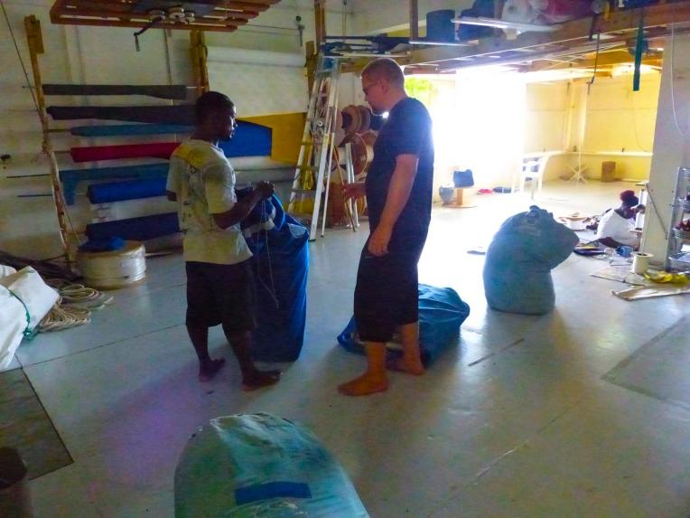 Ennen merelle lähtöä olen purjeneulomossa tarkistuttanut kaikki varapurjeet. Normaalipurjeiden lisäksi on veneessä varalla megaiso 145% genoa, isopurje, genoa, fokka, myrskyiso ja tietysti kunnollinen spinaakkeri.
