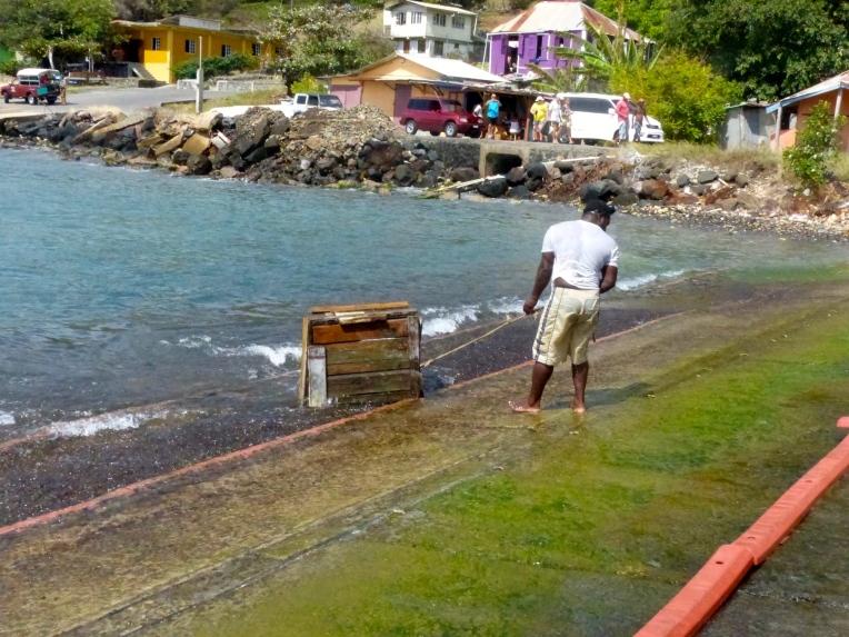 Kalastaja hakemassa sumppua merestä
