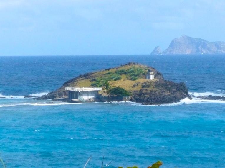 Saaressa valaanpyyntiasema. Valaita odotetaan tulevaksi helmikuussa.