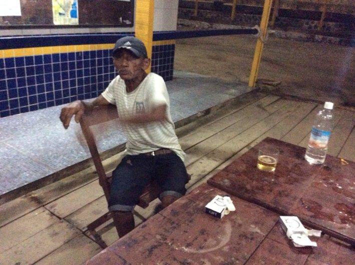 63 vuotias kalastaja- soutaja. Kertoo syntymäkotinsa olleen tässä aallonmurtajalla. Jaksaa kuljettaa meitä veneellään aina kun tarvitsemme.