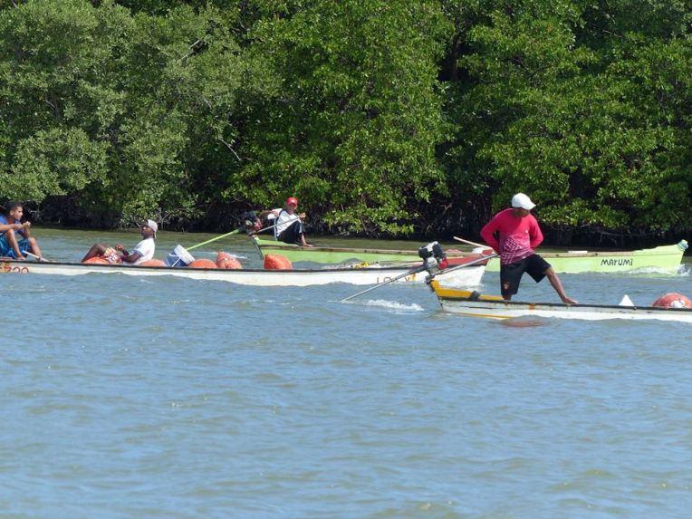 Kalastajia palaamassa moottoroiduilla kanooteilla.