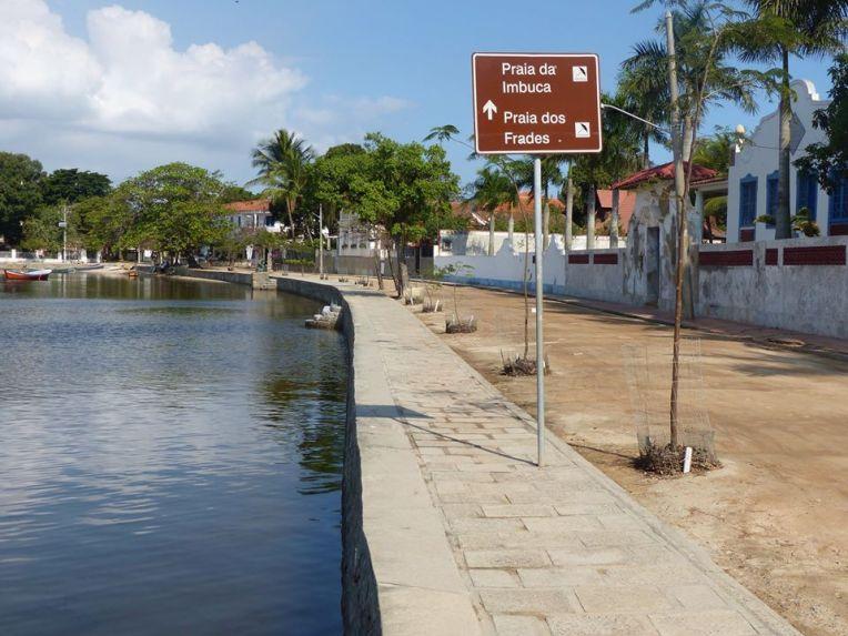 Kylän hiljainen rantakatu.