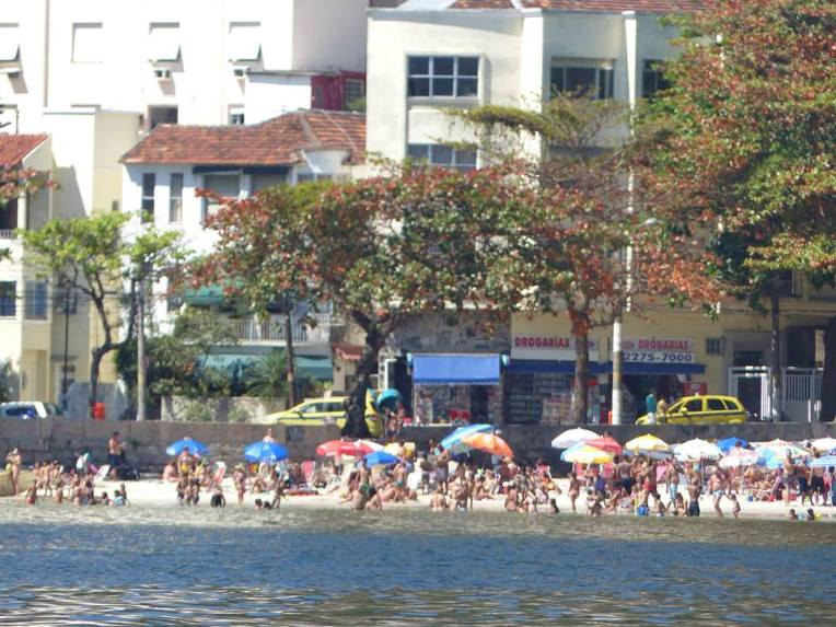 Uimareita Botafogon lahdella.