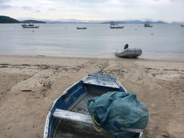 Keskellä kuvaa näkyy Cara Mia pienenä. Kalastajan veneessä pyykkisäkkini.