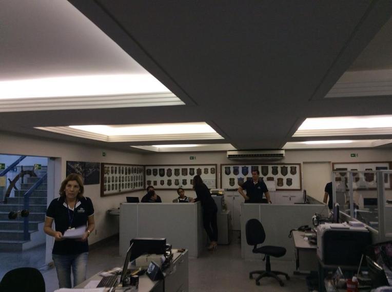 Brasilialaistoimistossa byrokratian hampaissa.