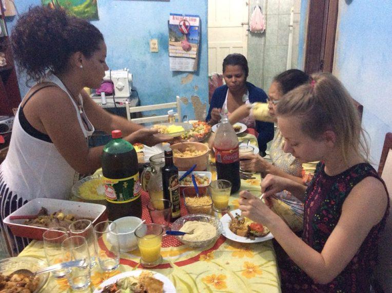 Recifen yhdessä faveloista nauttimassa tuttavaperheen vieraanvaraisuudesta.