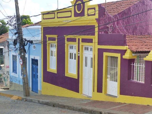 Brasilialaisissa kaupungeissa maalataan talot usein kirkkailla väreillä.