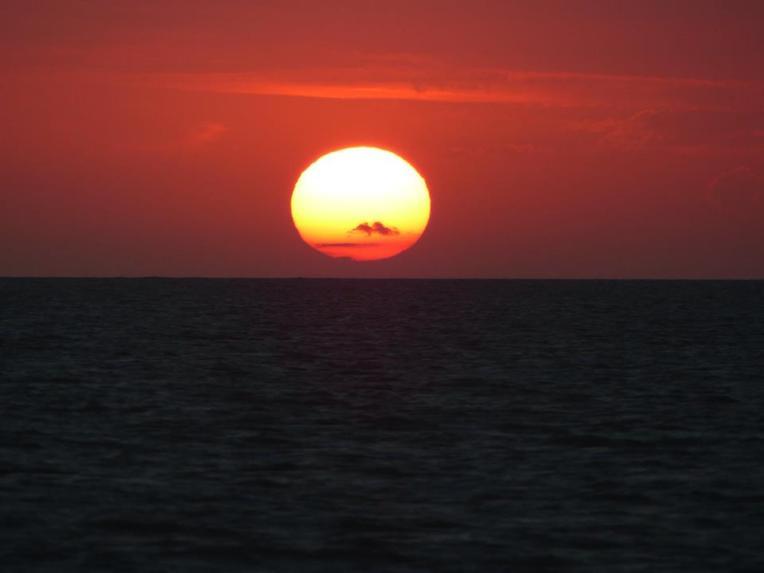 Auringonnousu merellä